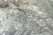 岩石纹路条条明,看不清人生苦苦思