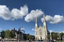 加拿大国家美术馆,银顶圣母大教堂和大蜘蛛/  加拿大国家美术馆建立于1988年,为加拿大最好的艺术美