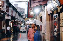 「今日份澳门:雨中的浪漫」  是的,下雨了。有点潮湿的澳门,仍然很浪漫。  今天的路线是: 旅游塔的