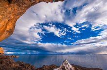 天空有它别具一格的风情,蔚蓝而错落有序。