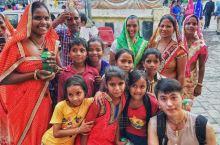 印度的微笑:在印度斋蒲尔的城市宫殿山下,一群印度朋友跟随我们,趁机和大家来了张大合影