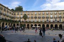 每座西班牙的城市都会有这么一个广场。格局也大同小异,中间是广场,四周环绕的底商是餐馆。这里基本上只是