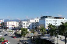 珍南海滩广场酒店后面就是海滩。房间很小,隔音效果一般,对面有一小mall。