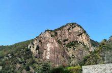琼台仙谷是天台山的一处很有名的景区,在这里你可以看到壮美的瀑布,惊险的悬崖栈道,优美的山间湖泊,以及