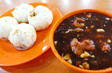 体验北京人的一天,是从早上的一碗炒肝儿和肉包子开始的。当然,肉包子您也可以选择素包子和油条,如果觉得