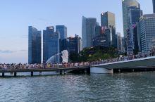 暑假我们一家去了新加坡,新加坡很小,是一个岛国,城市干净漂亮,当地人热情好客。我们去了海洋馆、植物园