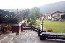 瑞士山中的小房子多别致呀,这样美丽的环境让人流连忘返