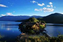 里格半岛,泸沽湖北部海湾内一个美丽的海堤连岛, 岛上住有十多户摩梭人家,古老的木楞房, 屋舍门窗面对
