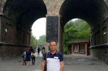 卢舍那大佛据说是照武则天的模样刻的。       龙门石窟距洛阳高铁站大约12公里左右,打的很方便,