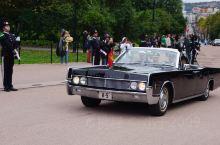 挪威国王出行  10.2下午我们自由活动时间在皇宫前巧遇国王卫队、军乐团,询问值勤人员,得知国王到议