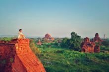 礼密那寺的白塔就不说了,它旁边的一座古迹还是个看日出日落的好地方,位置就在进去的右手边,有楼梯上去,
