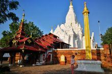 礼密那寺,确实是位置比较偏,一般都是自己骑着小摩托,过来游玩的零星游客,很清静的地方。白色塔身看起来