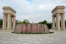 美丽的华中农业大学校园,地处武汉南湖,占地7400多亩,绿树成荫,空气清新。这次送孩子过来入学,看到