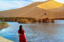 图中的景色位于内蒙阿拉善右旗巴丹吉林沙漠,巴丹湖是沙漠里距离最近的一个。从阿右旗驾车一个半小时就可抵