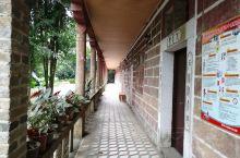 """""""树人堂""""是陆川县谢鲁山庄第三个层次""""后山""""的主体建筑,位于山庄中心区半山上。堂的左边下面是原来的招"""