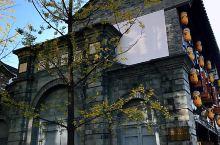 昆明老街是国内唯一以整个街区作为一个统一地名命名的街区项目,也是昆明城中最后遗留的历史街区。这里的有