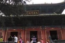 嵩山少林寺里有大雄宝殿、藏经阁……大雄宝殿位于天王殿后。大雄宝殿是寺院佛事活动的中心场所,与天王殿、