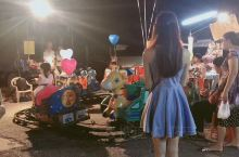 很想念这段时光。从小朋友手上抢来的气球。牵着他们从夜市骑摩托回住处。