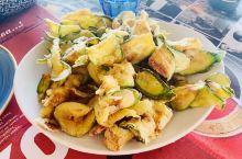 如果你喜欢美食的话,来到希腊你一定不要错过这里的羊排和海鲜还有就是加了蜂蜜的希腊酸奶!对于羊肉本人不