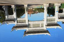 千佛塔位于梅州城东的半山上。从马路边始依次建了个场,牌坊,水池,石桥,往上穿过各殿堂来到塔前。这是个