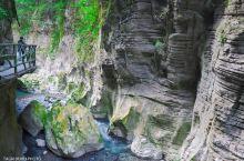 初到恩施就来打卡著名的地心谷,穿行在旖旎山水风光之中,走在悬崖峭壁上,慢慢前行,细细品味,沿着河流参