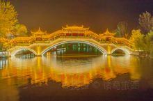 枣庄台儿庄古城,太阳缓缓落下,古城亮起了璀璨的灯光,各类照明将不同风格的建筑外形勾勒出,有的简朴端庄