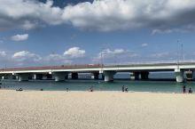 高架路和海滩同框#这里是那霸市西侧的人工沙滩,季节合适的话是可以海水浴的,周边设施都看得到。离开波上
