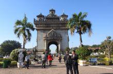 老挝万象和琅勃拉邦省僧人化缘、信众布施。