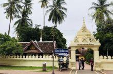 来到老挝万象,参观最多的一定是庙宇。 西蒙寺又称神城寺,是老挝万象香火最为旺盛的寺庙。虽然西蒙寺不大