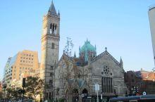 庄严、肃穆的三一教堂,是一座哥特式的建筑,彩绘的玻璃,高高的两扇大门,极具特色且非常漂亮,被誉为全美
