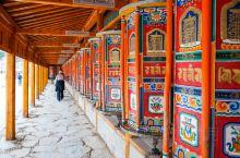甘南的拉卜楞寺,有世界上最长的转经长廊。 长廊一共长3.5公里,有1700多个转经筒。 一眼望不到头