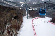 亚布力滑雪场,风大时记得把雪板放缆车里面,避免坠 【景点攻略】 详细地址:亚布力滑雪场 到镇上开车3