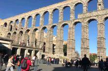 Segovia最有名的是古罗马时期建筑的引水渠,在古罗马时代,引外来的水,入此处的城,人才得以依水而