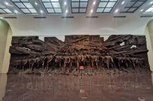 年假的时候和家人一起去大庆玩,专门参观了铁人纪念馆,看着铁人王进喜用过的装备和当时的各种影响资料,眼