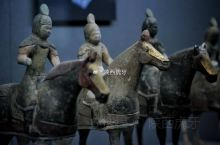【唐贴金彩绘铠甲骑马武士俑】唐懿德太子墓出土,现藏于懿德太子墓博物馆。彩绘陶器是指在烧制好的素胎表面
