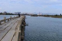 安平桥地处晋江市安海镇与南安市水头镇交界的海湾上,扼晋江、南安两地水陆交通的要冲。地理坐标为北纬 2