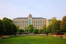 武汉恒大酒店,位于武汉郊的鄂州市的红莲湖度假区内,占地面积大,离市区一个小时的车程。有客房,餐饮,会