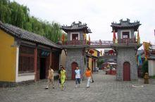 曲阜六艺城是中美合资兴建的大型娱乐城,它是以中国著名风景旅游景区古代伟大思想家、教育家、政治家、儒家