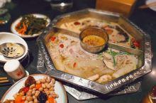 好久没来佬土了,鸳鸯锅子是这样的,牛油锅底渣渣单独圈在中间,涮肉啊绿叶菜啥的再也不怕嗑到花椒了 虽然