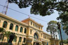 胡志明市中央邮局,是胡志明市著名的地标,在市中心核心区域,一座黄色的法式建筑,建筑外部看起来规模挺大