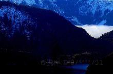 在新天鹅堡里,透过窗户向西看,可以看到一片水面,那是阿尔卑斯湖。湖中有很多天鹅,应该是天鹅堡主人饲养