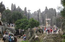 游客很多的石林