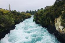 胡卡瀑布其实更像是条河,水流经过时河面突然变窄,再加上十几米的落差,形成水瀑宣泄而下的景观,水流在如