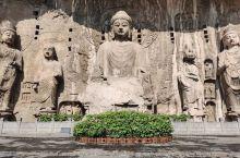 龙门石窟的佛像,其中有一尊是按照武则天的形象塑造的。 龙门石窟最壮观的佛像是大卢舍那佛像,位于 奉先