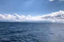 赛里木湖风景区,国家5a级景点 风景优美。自驾游 可以围着转一圈 里面也有酒店 当然也可以自己搭帐篷