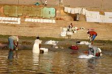 清晨恒河边上洗衣工