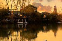 【山有夏至,湖有扬州,迷醉如诗如画广陵里】 烟花三月下扬州,总让许多人对于这座小城心生向往。而城市间