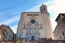 赫罗纳是巴塞罗那附近的历史古城,即便是工作日前来,人也不少,一波一波的旅行团,而最热门的还是主教堂,