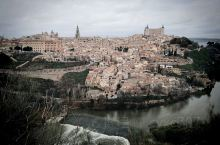 托莱多是西班牙的古都城,类似古堡,小却精致。非常吸引人。值得推荐,站在瞭望台俯瞰河谷与城堡,教堂风景