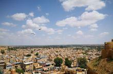杰伊瑟尔梅尔是古印度通往国外的贸易地,远观杰伊瑟尔梅尔像一座荒废的古堡,坐落在荒凉的沙漠地带。但一进